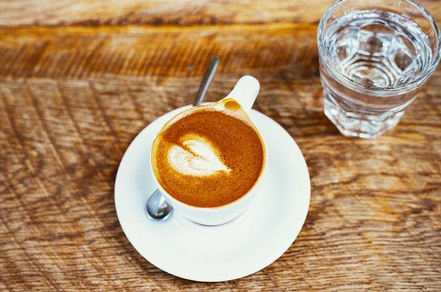 Übersäuerung durch Tasse Kaffee mit Glas Wasser